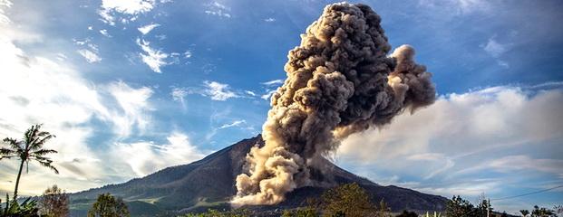 Gunung Sinabung mengeluarkan material vulkanik, tampak dari Desa Brastepu, Karo, Sumut, Selasa (30/9).