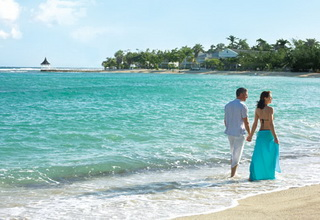 SIG11-Honeymoon-couple-walking-on-beach
