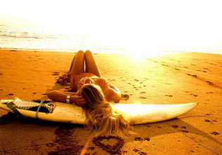 sexy-cute-girl-surf-lay-on-the-beach-surfing