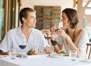 Young_Couple_Dining_2971475