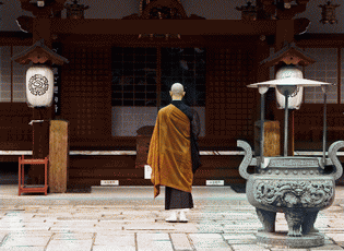 Buddhist-monk-praying-in-front-of-temple-Kyoto-Japan-600