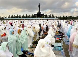 Sejumlah Umat Islam menggelar Sholat Id di Lapangan Puputan Margarana, Denpasar, Bali, Minggu (19/8).