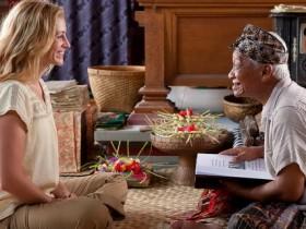 "Julia Roberts as ""Elizabeth Gilbert"" and Hadi Subiyanto as ""Ketut Liyer"" in Columbia Pictures' EAT, PRAY, LOVE."
