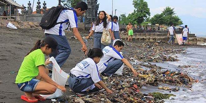20150408-sukarelawan-membersihkan-sampah-di-salah-satu-pantai-di-bali