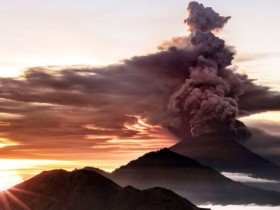 Mount Agung volcano is seen spewing smoke and ash in Bali, Indonesia, November 26, 2017 in this picture obtained from social media. EMILIO KUZMA-FLOYD/via REUTERS    ATTENTION EDITORS - MUST ON SCREEN COURTESY EMILIO KUZMA-FLOYD / @EYES_OF_A_NOMAD.  THIS IMAGE HAS BEEN SUPPLIED BY A THIRD PARTY. MANDATORY CREDIT. NO RESALES. NO ARCHIVES - RC120727C930